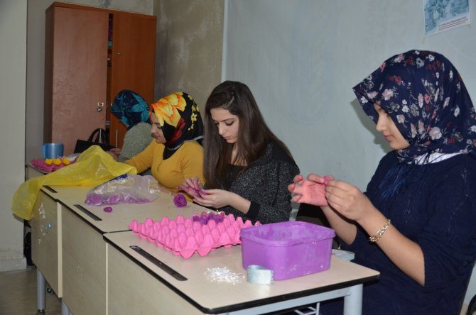 Gençlik Merkezi El Sanatları Kursu'na bayanlardan ilgi