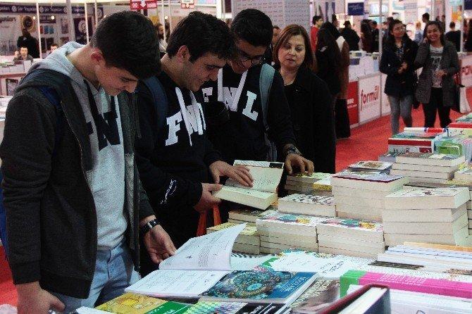 Kitap Fuarında Genç Yazarlara Yoğun İlgi