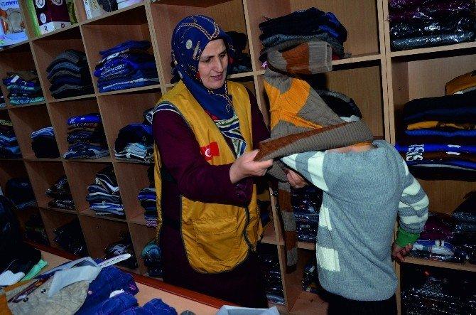 İyilik-der Öğrencilere Giyim Yardımında Bulundu