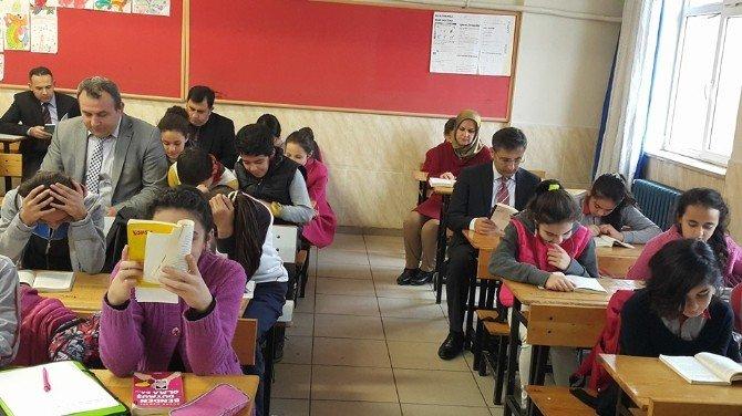 Kaymakam Okul Okul Gezip Öğrencilerle Kitap Okuyor