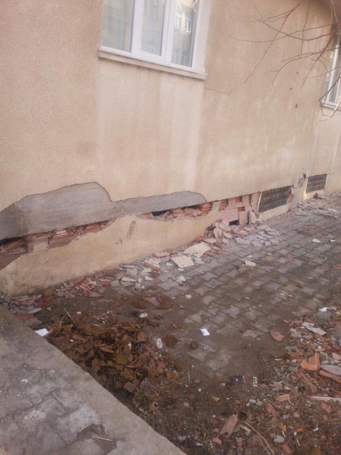 Depremden zarar gören binalarını terk eden sakinler, yardım bekliyor