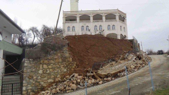 Kulp'ta İstinat Duvarı Çöktü