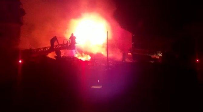 Tavşanlı'da iki katlı ev yandı