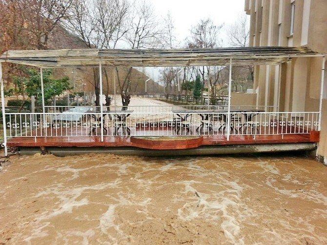 Demirci Ve Köprübaşı'nda Aşırı Yağışla Çay Taştı