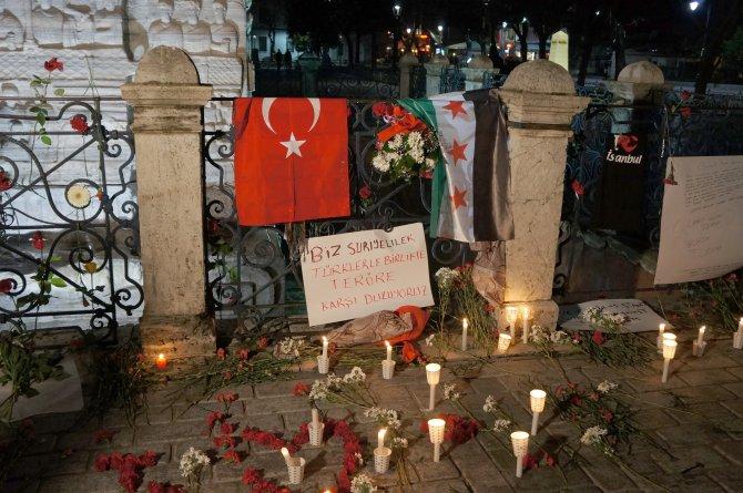 Suriyeli grup Sultanahmet Meydanı'nda saldırıda ölenler için dua etti