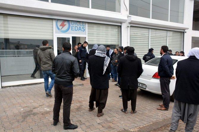 Elektrik kesintilerine tepki gösteren vatandaşlar DEDAŞ'a yürüdü