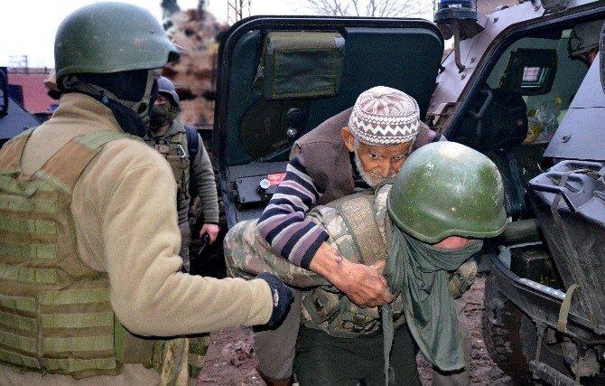 Sur'da Teröristlerin Ölüme Terk Ettiği Yaşlıları Asker Kurtardı