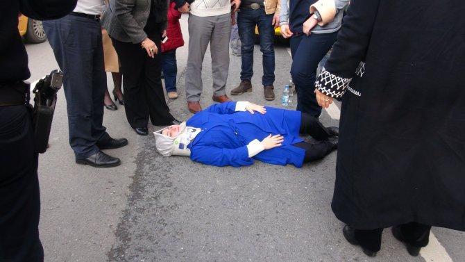 Yolun karşısına geçmek isteyen kadınlara taksi çarptı