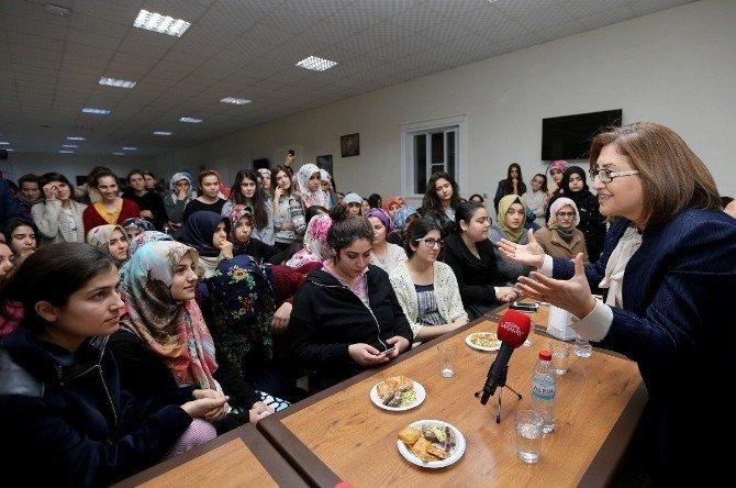 Başkan Şahin, Kız Yurtlarını Ziyaret Etti