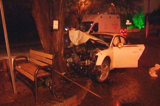 Ağaca çarpan lüks araçtaki 2 kişi yaralandı