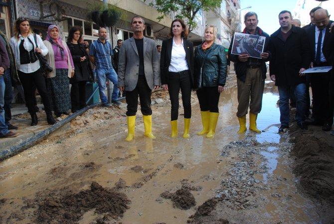 CHP'liler, ASAT'ı esnafa sarı çizme dağıtarak kınadı