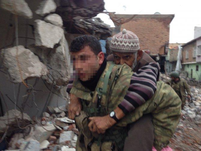 Sur'da mahsur kalan yaşlı çifti jandarma kurtardı