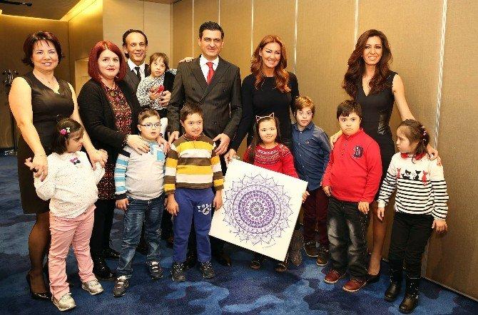 Pınar Altuğ, Down Sendromlu Çocuklarla Bir Araya Gelerek Mandala Çizip Boyadı