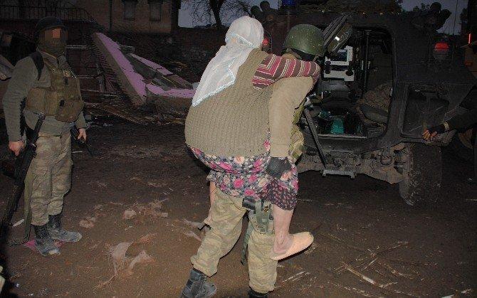 Asker Sur'da Vatandaşları Sırtında Taşıyarak Tahliye Ediyor