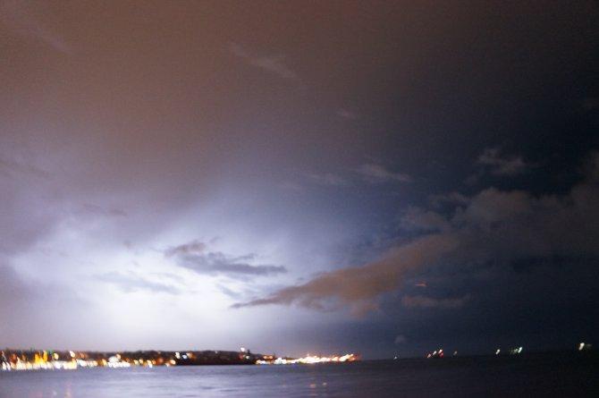 İstanbul gece şimşeklerle aydınlandı