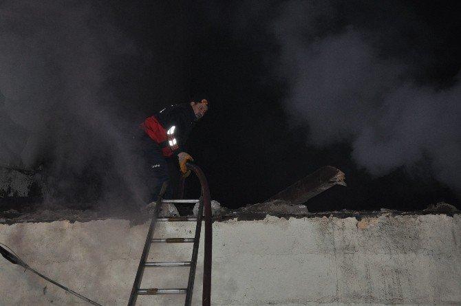 Kars'ta Metruk Bina Ateşe Verildi
