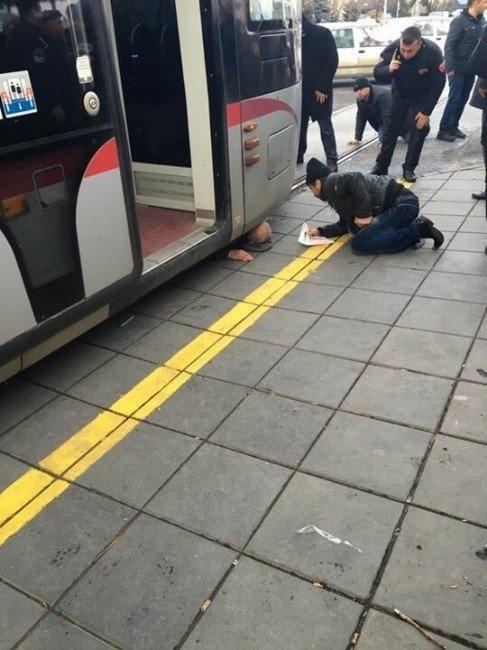 Tramvayın Altında Kalan Bir Kişi Yaralandı