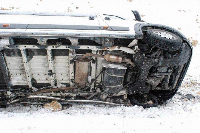 Cenazeye Giden Minibüs Şarampole Devrildi: 8 Yaralı