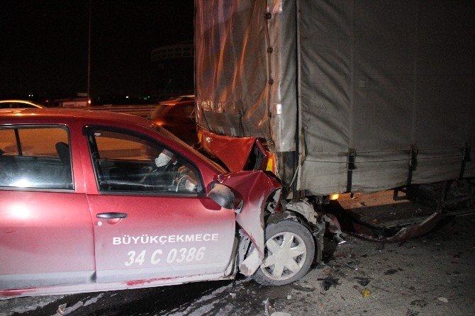 Ticari Taksi Tır'a Arkadan Çarptı: 1 Yaralı