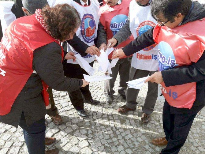 Memurlar zammı protesto için ilk maaşın bordrosunu yaktı
