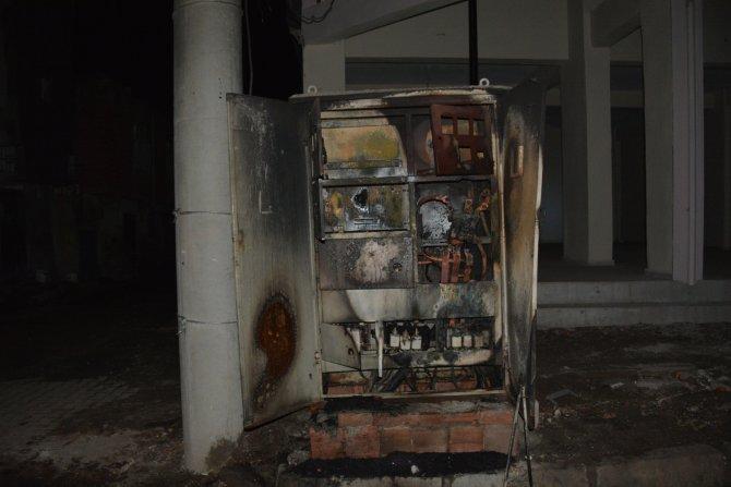 Elektriklerin sık kesildiğini iddia ederek trafo yaktılar