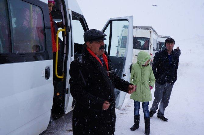 Yolda mahsur kalan 20 öğrenci donma tehlikesi geçirdi