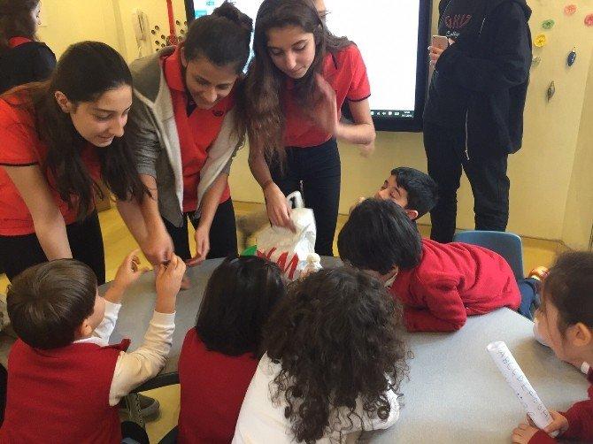Lise Öğrencileri Ana Okulu Öğrencilerine Geri Dönüşümü Anlattı