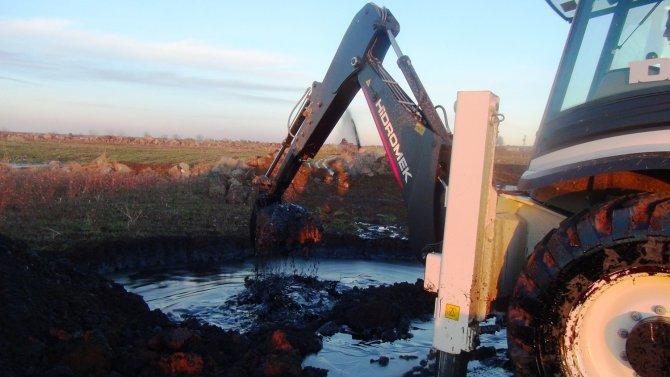 Siverek'te petrol boru hattı patladı tarlalar ham petrolle doldu