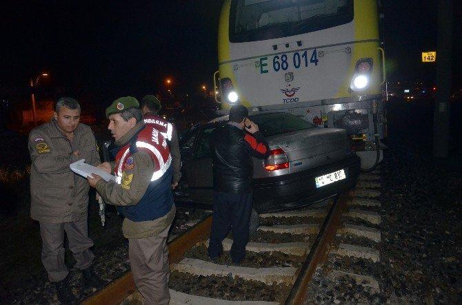 Trenin Çarptığı Otomobilin Sürücüsü Hayatını Kaybetti