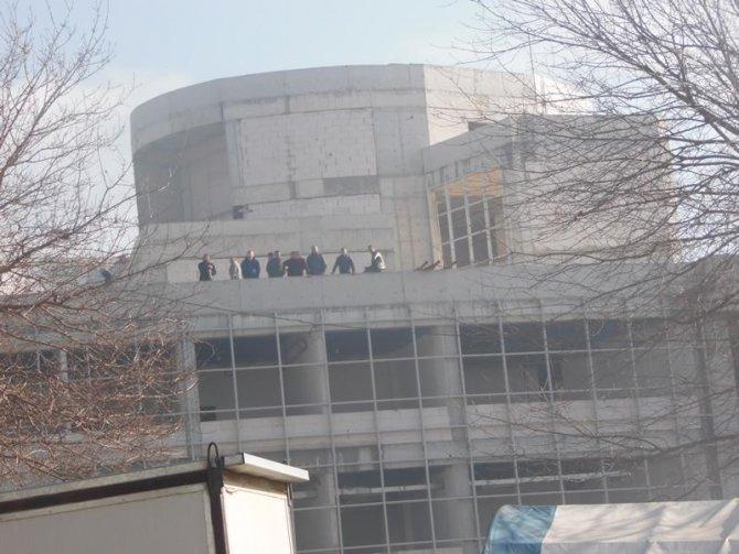 Hastane inşaatında parasını alamayan 16 işçi çatıya çıktı