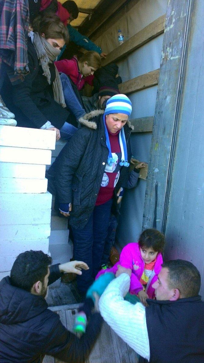 TIR'da havasız kalan 106 Suriyeli'yi kaçağı jandarma kurtardı