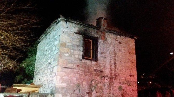Foça'da Metruk Binada Korkutan Yangın