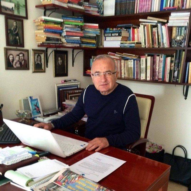 Yaya Geçidinde Kitap Okuyan Yaşlı Adam Günün Konusu Oldu