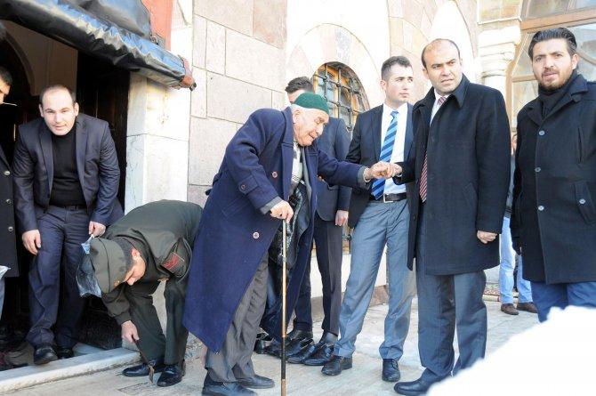 Uzman çavuştan yaşlı adama ayakkabı giydirme jesti