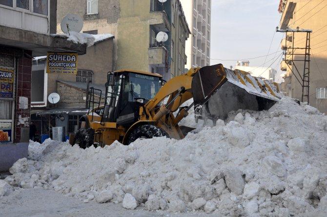 Yüksekova'da kar temizleme çalışmaları devam ediyor