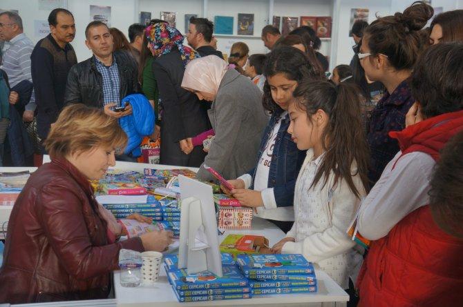 Yayınevleri memnun, vatandaşın kitap fuarına ilgisi ilk günkü gibi devam ediyor