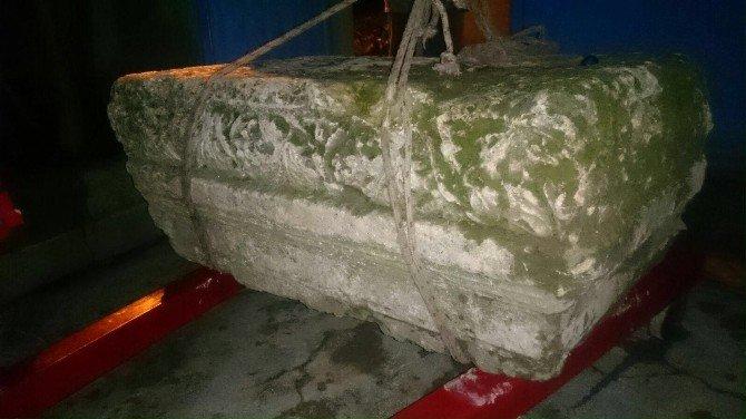Camideki Tarihi Eseri Çalmak İsterken Yakalandılar