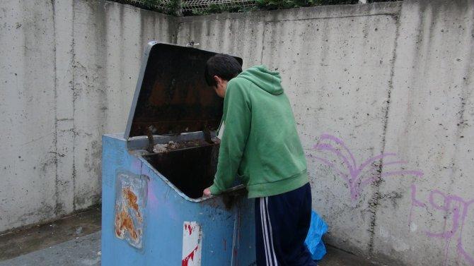 Okul harçlığını çöpten çıkarıyor