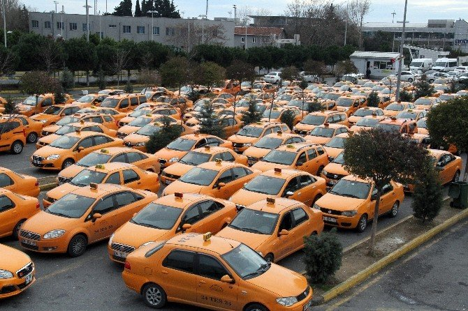 Havalimanında Taksicilerinden Sigorta Zammına Dövizli Protesto