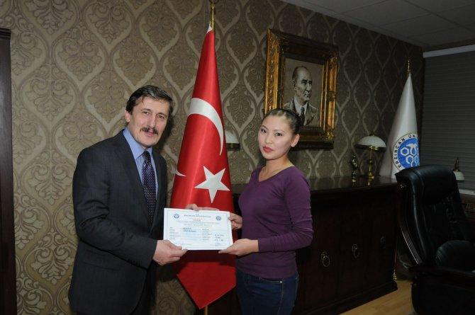 Kazak öğrenciler sertifikalarını aldı