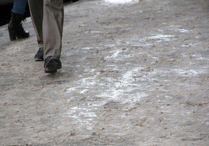 Erzurumlular Buzlu Kaldırımda Zor Anlar Yaşadı
