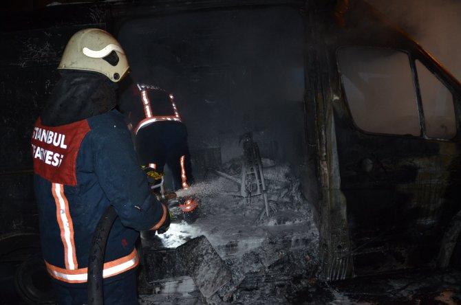 Oksijen tüpü patlayan ambulansın çarptığı 5 araç yandı