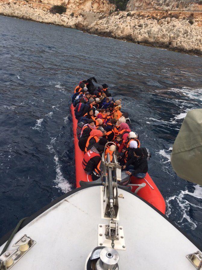 Lastik botla 15'i çocuk 77 Suriyeli göçmen Meis'e geçerken yakalandı