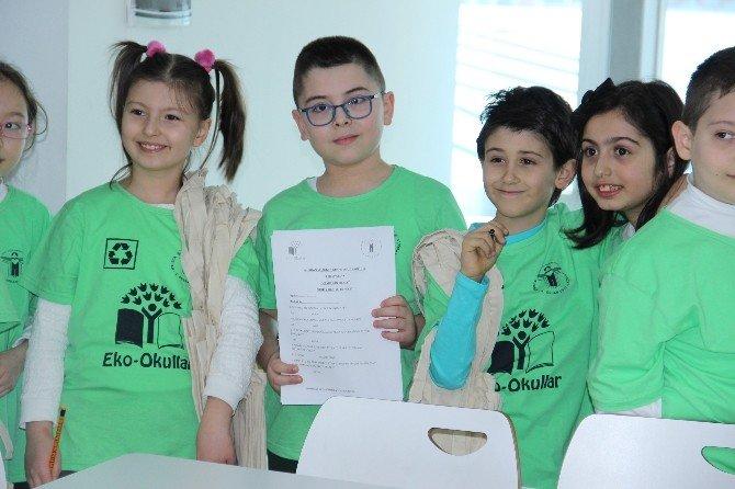 Öğrenciler Çevre Bilincini Yaymak İçin Bez Torba Dağıttı