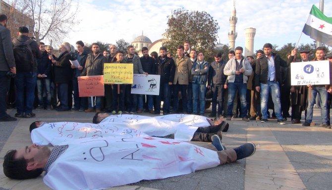 Mülteciler Madaya'da açlıktan ölümlere dikkat çekmek için kefenli eylem yaptı