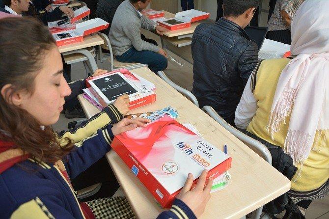 Çatak'ta Öğrenciler İlk Kez Tabletlerini Kaymakam Akgül'den Aldı