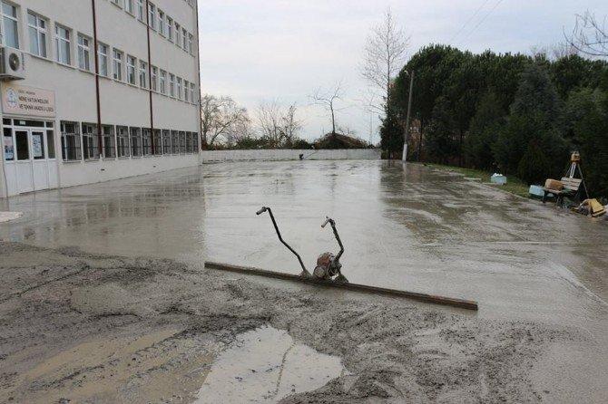 Akçakoca Belediyesi Okulların Bahçelerini Düzenliyor