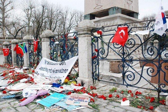 Saldırıyı Kınayarak, Sultanahmet Meydanı'na Karanfil Bıraktılar
