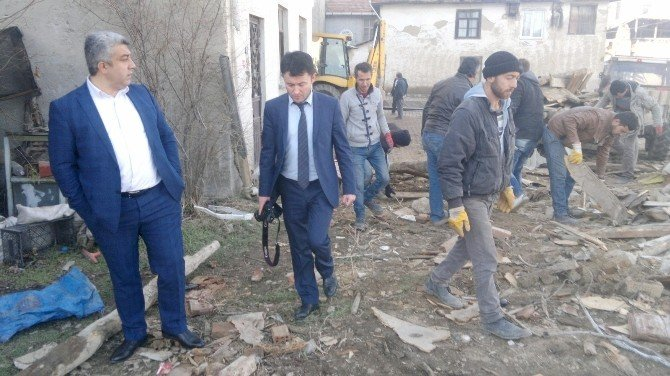 Hisarcık'ta Metruk Binalar Yıkılıyor