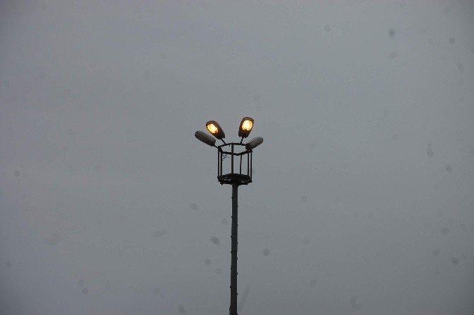 Sokak Aydınlatma Lambaları Gece Gündüz Yanıyor